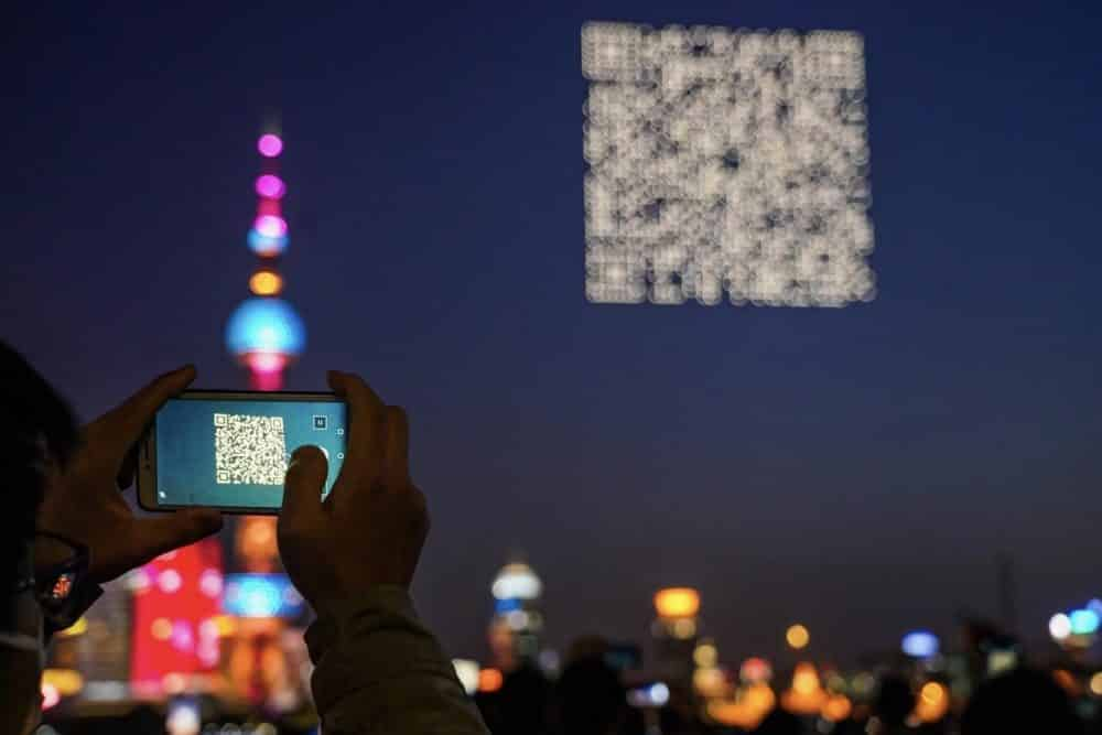 A spectator scans the QR code. Photo: Bilibili
