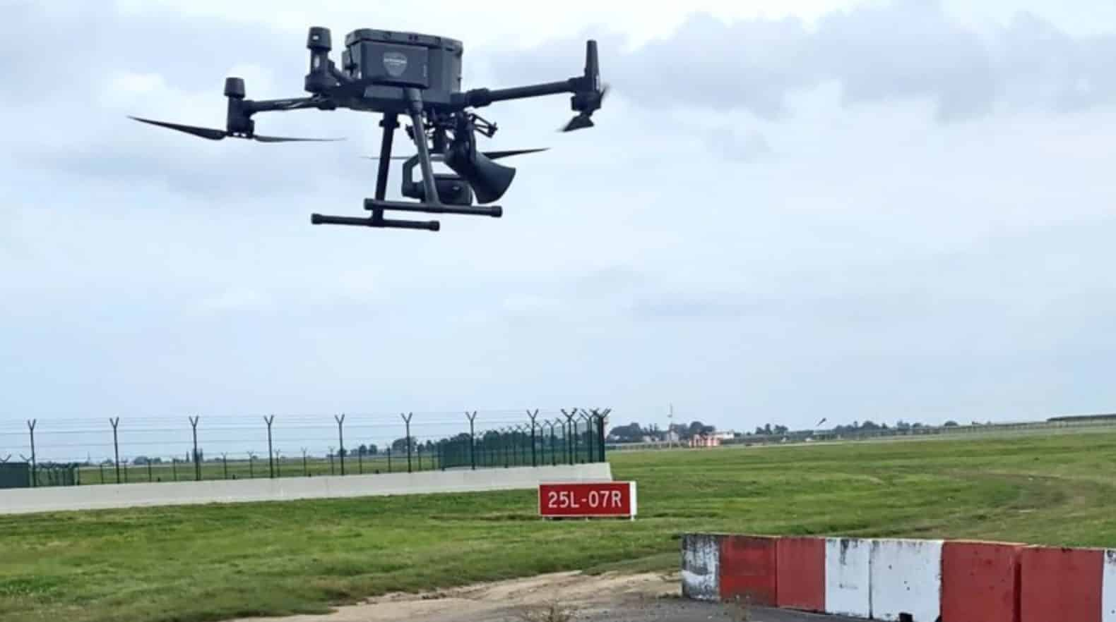 Speaker drone chases birds away at Brussels Airport